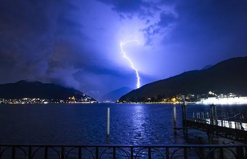 Un fulmine squarcia il lago di Lugano: un istante di drammatica potenza