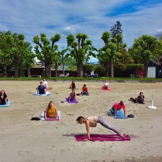 L'estate in spiaggia con il Beach Yoga al Lido di Lugano