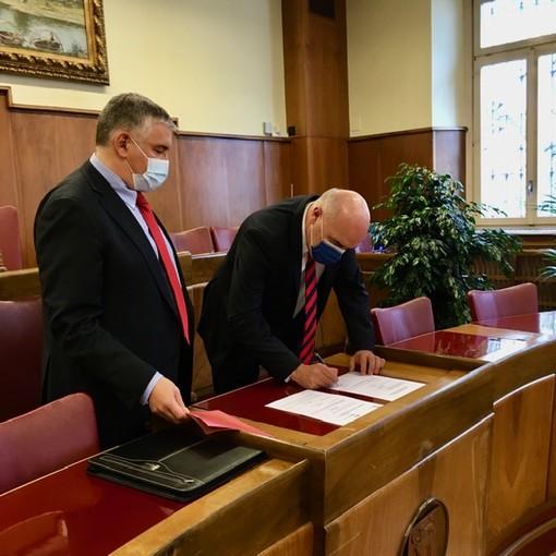 Il rieletto Sindaco, Bruno Arrigoni firma la dichiarazione di fedeltà alle Costituzioni e alle leggi di fronte al Giudice di pace Maurizio Cattaneo