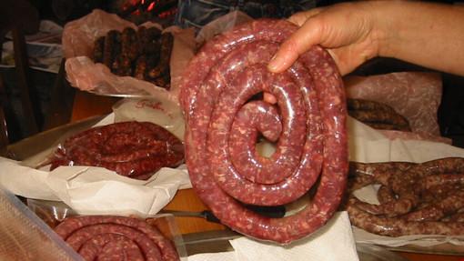 """Mai gustato i prelibati """"cicitt"""", le lunghissime e sottili salsicce di capra da arrostire, originarie delle valli del Locarnese?"""