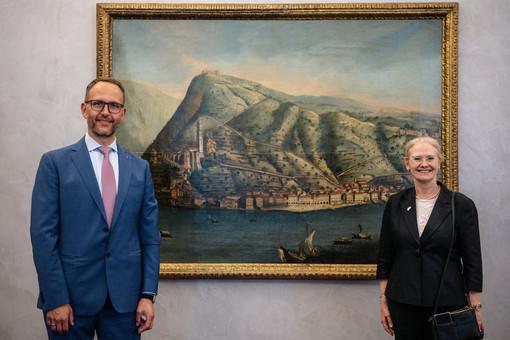 Il Presidente del Consiglio di Stato Norman Gobbi con l'Ambasciatrice Jane Caroline Owen (immagini della Cancelleria dello Stato)