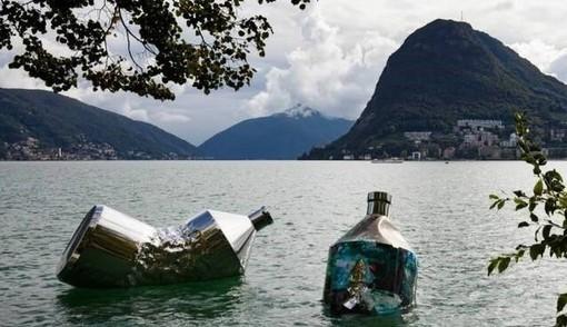 """""""The Twin Bottles: Message in a Bottle"""", lrimarrà esposta a Lugano, nelle acque del lago Ceresio, fino al 30 aprile 2021"""